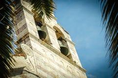 Vista del campanario de la iglesia de la trinidad santa, Budva, Montenegro imagen de archivo