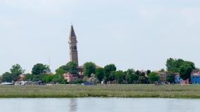 Vista del campanario torcido famoso del lado de la nave almacen de video