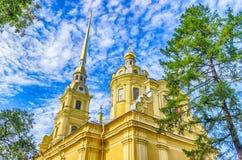 Vista del campanile di Paul Cathedral e di Peter da sotto la chiara SK alta Fotografie Stock Libere da Diritti
