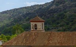 Vista del campanile e del tetto di una chiesa in La Alpujarra, Gra Immagini Stock