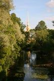 Vista del campanile e della guglia della cattedrale della fortezza di Paul e di Peter con lo zoo della città Fotografia Stock