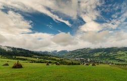 Vista del campo con il cielo nuvoloso Fotografia Stock Libera da Diritti