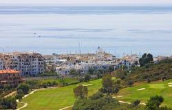 Vista del campo de golf de Duquesa y abajo al mar Mediterráneo adentro imagen de archivo libre de regalías