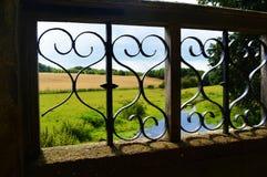 Vista del campo de Kent a través del puente viejo Foto de archivo libre de regalías
