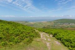 Vista del campo Galés encima de Rhossili de la montaña abajo por la playa en el Gower Fotografía de archivo libre de regalías