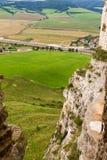 Vista del campo verde por dentro de ruinas del castillo Foto de archivo libre de regalías