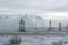 Vista del campo y líneas eléctricas de la ciudad de Orsk fotos de archivo