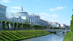 Vista del canal con el río de Bulak y del puente en el centro de Kazán en el str de Pravobulachnaya y el str de Levobulachnaja metrajes