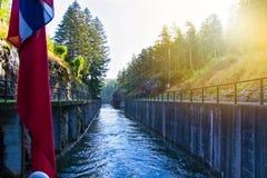 Vista del canal con las cerraduras viejas - atracción turística de Telemark en Skien, Noruega imagenes de archivo
