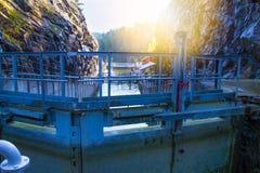 Vista del canal con las cerraduras viejas - atracción turística de Telemark en Skien, Noruega fotos de archivo libres de regalías
