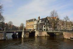 Vista del canal de Prinsengracht en Amsterdam en la intersección con el canal de Leidsegracht Imagen de archivo libre de regalías