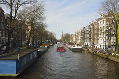Vista del canal de Prinsengracht hacia Westerkerk del puente de Berensluis en Amsterdam Fotografía de archivo libre de regalías