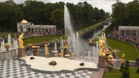 Vista del canal del mar de la terraza del palacio magnífico en Peterhof