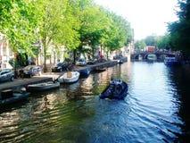Vista del canal en Amsterdam, Holanda, los Países Bajos Imagen de archivo libre de regalías