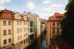 Vista del canal en ciudad vieja en Praga, República Checa foto de archivo
