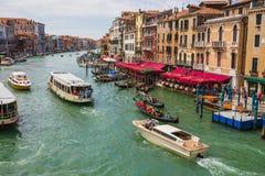 Vista del canal magnífico del puente de Rialto Fotografía de archivo libre de regalías