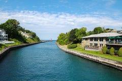 Vista del canal redondo del lago en Charlevoix, Michigan, los E.E.U.U. Fotografía de archivo libre de regalías