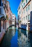 Vista del canale colorato di Venezia con le case che stanno in acqua fotografia stock libera da diritti