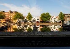 Vista del canale con le barche e le belle costruzioni di Vlaardingen fotografia stock