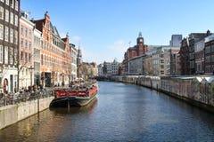 Vista del canale di Amsterdam con le costruzioni Fotografie Stock