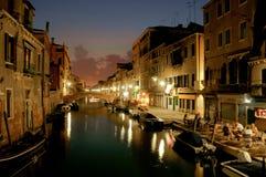 Vista del canale di Venezia di notte Immagine Stock