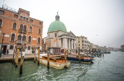Vista del canale grande in un giorno nebbioso, Venezia, Italia immagini stock libere da diritti