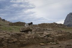 Vista del cannone navale nella vecchia fortezza genovese in Crimea fotografia stock