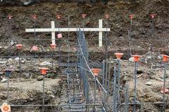 Vista del cantiere che guarda giù i basamenti con gridwork del tondo per cemento armato immagini stock libere da diritti