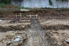 Vista del cantiere sopra i basamenti unpoured con il gridwork d'acciaio del tondo per cemento armato fotografie stock