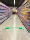 Vista del carrello del supermercato con moto della navata laterale del supermercato Fotografie Stock