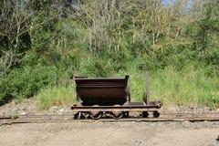 Vista del carretto della miniera del ferro sulle rotaie Fotografie Stock Libere da Diritti