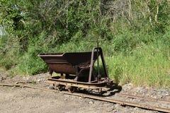 Vista del carretto della miniera del ferro sulle rotaie Fotografie Stock