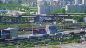 Vista del carro en la plataforma y en el tren que mueve encendido la pieza rusa de la nueva ruta de seda almacen de video