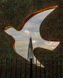 Vista del casco de la escultura de la forma de un pájaro, Londres Fotos de archivo libres de regalías