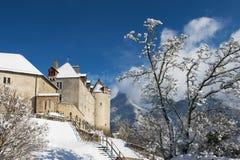 Vista del castello della groviera coperto di neve, Svizzera Immagini Stock