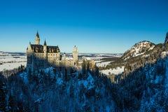Vista del castello del Neuschwanstein nell'inverno dal ponte del ` s di Queen Mary Fotografie Stock