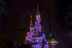 Vista del castello di bella addormentata nel parco di Disneyland, Parigi di notte fotografia stock