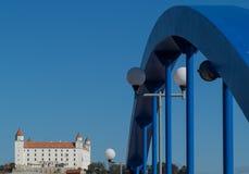 Vista del castello di Bratislava con la bicicletta & il ponte di camminata Fotografie Stock Libere da Diritti
