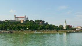 vista del castello di Bratislava, Slovacchia, timelapse, zoom fuori, 4k video d archivio