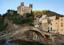 Vista del castello di Dolceacqua e del ponte nella vecchia città di Dolceacqua, provincia di Imperia, regione della Liguria, Ital fotografia stock