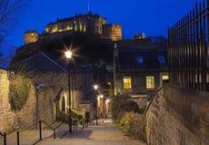 Vista del castello di Edimburgo da Vennel Immagini Stock Libere da Diritti