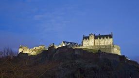 Vista del castello di Edinburgh, Scozia di crepuscolo immagini stock