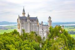 Vista del castello di fama mondiale del Neuschwanstein nell'ambito di rinnovamento sulla a Fotografia Stock Libera da Diritti