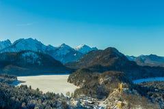 Vista del castello di Hohenschwangau e del lago Alpsee Immagine Stock