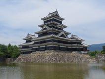 Vista del castello di legno nero di Matsumoto nel Giappone fotografia stock libera da diritti