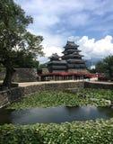 Vista del castello di legno nero di Matsumoto nel Giappone fotografie stock