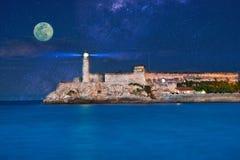 Vista del castello di Morro dal Malecon su una luna piena immagini stock