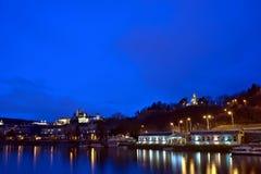 Vista del castello di Praga alla notte Fotografie Stock