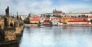Vista del castello di Praga attraverso il fiume della Moldava a Praga, Ceco Repub fotografie stock libere da diritti
