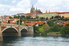 Vista del castello di Praga attraverso il fiume della Moldava a Praga, repubblica Ceca fotografie stock